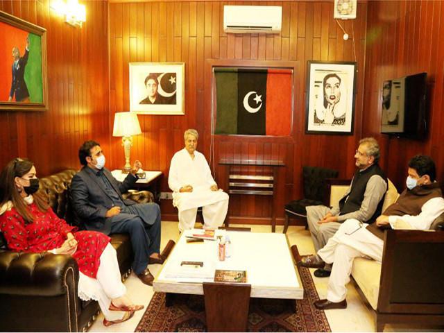pml n s shahid khaqan abbasi and miftah ismail meet ppp chairman bilawal bhutto zardari at bilawal house in karachi photo ppp media cell