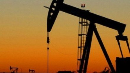 Oil prices steady as weak dollar balances low demand