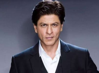 srk confesses he doesn t pay when out for dinner with friends